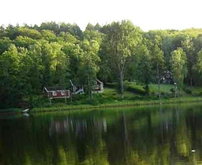 Rood Zweeds huis aan het meer