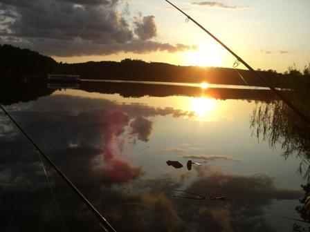 Ondergaande zon bij het Zweedse meer