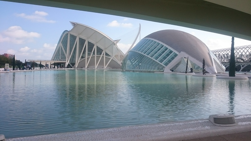 Hemisferic rechts en Museo de las Ciencias Príncipe Felipe links