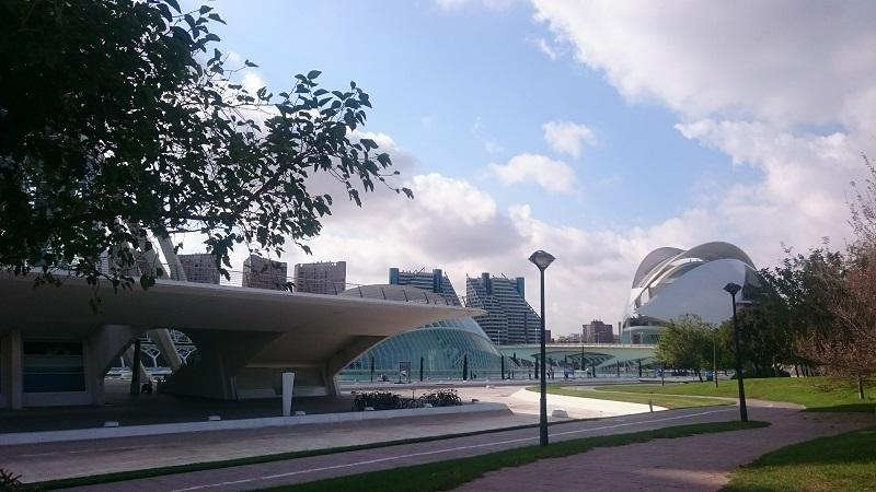 Het operagebouw van Valencia rechts, Palau de les Artes Reina Sofia
