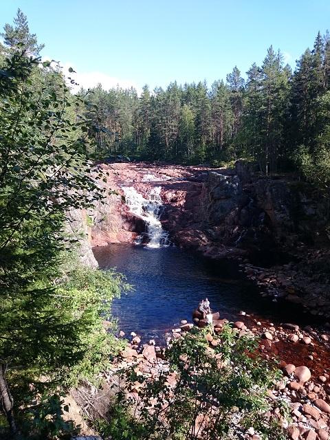 De waterval Brattfallet met de kenmerkende rode rotsen.